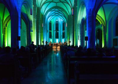 Die atmosphärisch beleuchtete Kirche