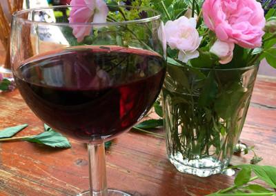 Stilleben – Wein mit Blumen