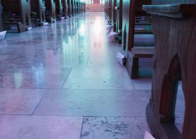 ausstellung-ankommen-mittelschiff-blick-auf-den-altar