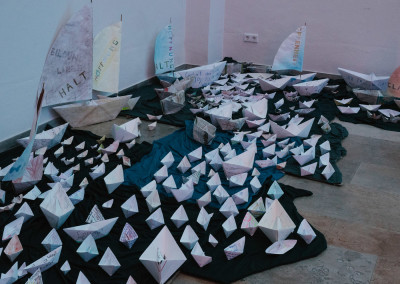ausstellung-ankommen-papierboot-flotte