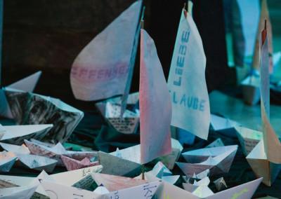 ausstellung-ankommen-papierboot-segel-hoffnung-liebe-glaube