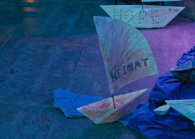 ausstellung-ankommen-papierboot-segel-kraft-heimat