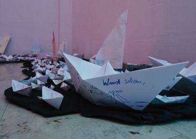 ausstellung-ankommen-papierboot-wind-setzen