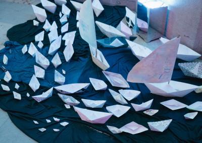 ausstellung-ankommen-papierboote-volle-fahrt-voraus